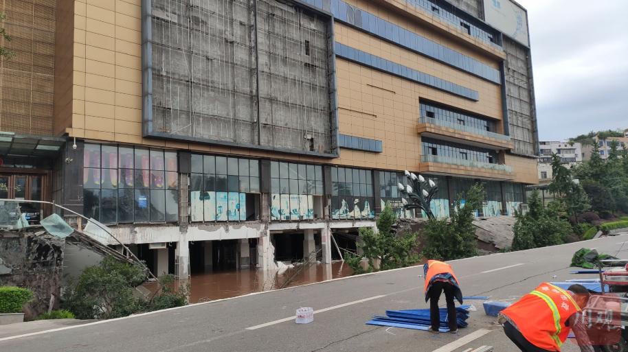 四川宜宾银龙广场路面塌陷未致伤亡 已实行交通管制