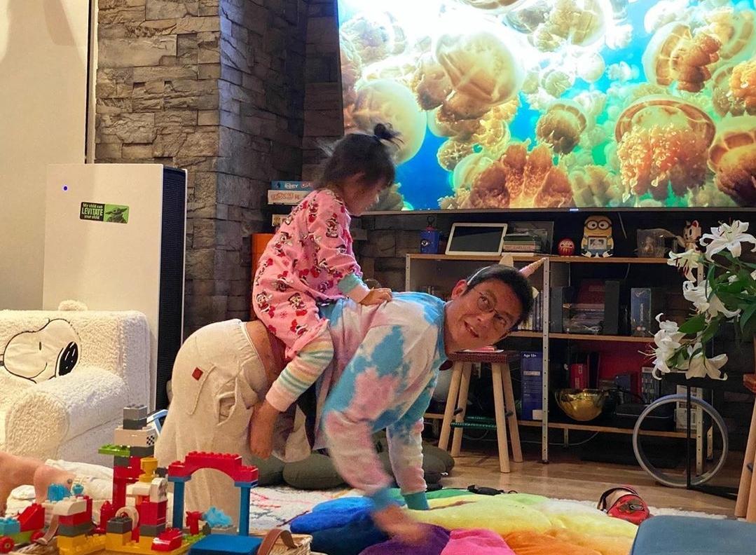 陈冠希晒女儿玩乐高,Alaia把玩具怼脸上拍照,越来越像妈妈