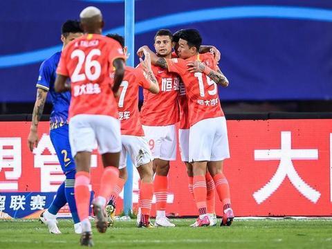 31岁恒大国脚奇葩一幕!半场2次铲翻对手被罚下,还向裁判抗议