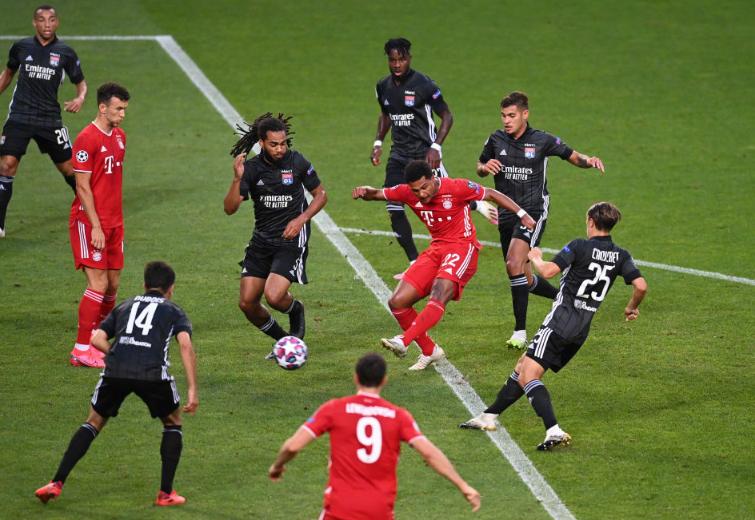 欧冠半决赛第二场,拜仁3-0里昂,在差点先丢球的情况下,拜仁还是首开纪录