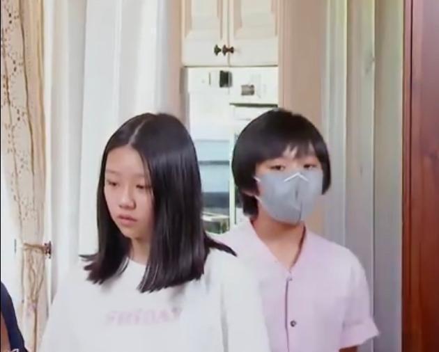 7年后,林志颖再带kimi录节目,眉眼变化不大,已长到妈妈肩部