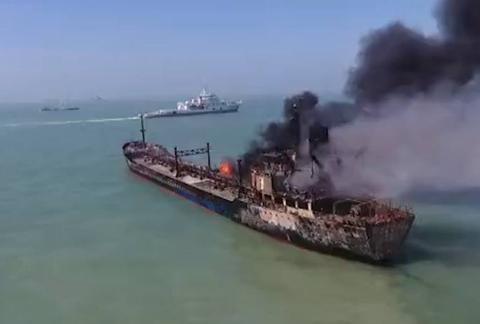 长江口运油船与砂石料船相撞,一起火一沉没,14人失踪3人获救