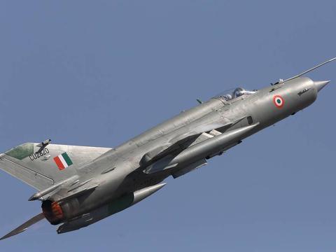 印巴空军司令驾机亮肌肉,米格-21和JF-17枭龙B,优劣已立竿见影