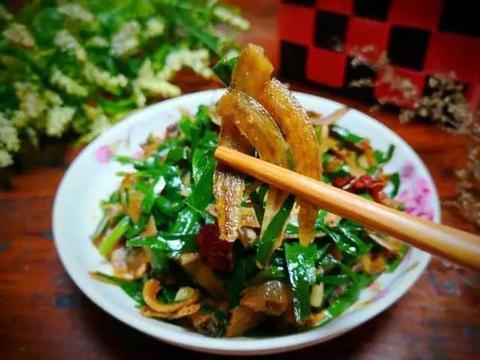 美食精选:尖椒溜肥肠,韭菜炒鱼干, 莲藕花生汤 ,洋葱炒鸡蛋