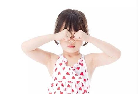 宝宝经常揉眼睛,不要以为是普通动作,妈妈一定要引起重视