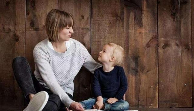 """孩子从叫""""妈妈""""改叫""""妈"""",只差一个字,说明孩子经历3个阶段"""