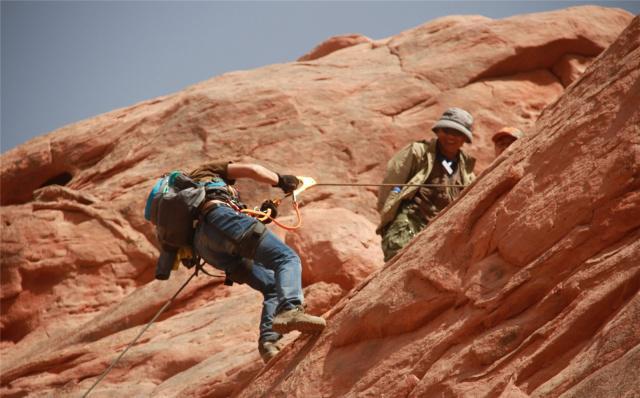 为何有些人旅游喜欢背登山包?
