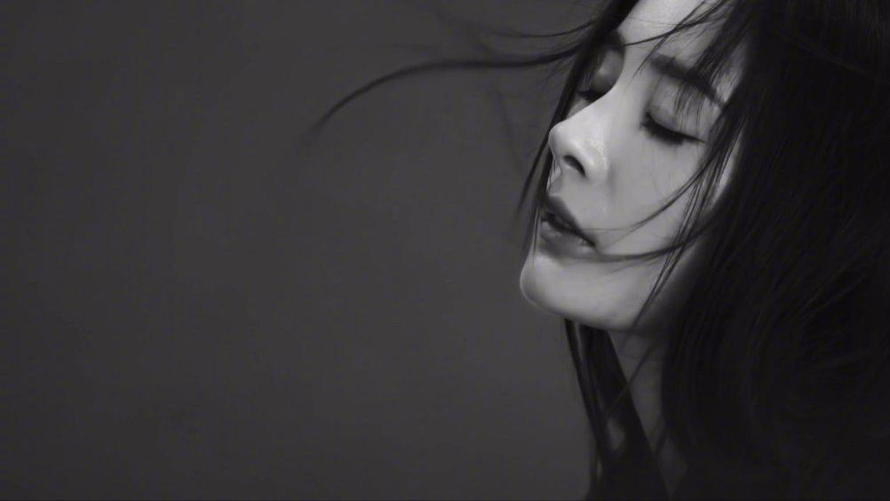 9月刊视频大片抢先看! 光影间,暗香浮动。黑与白……