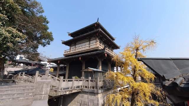 秦皇宫紧靠灵渠南渠,也许是为了将历史文化遗产发扬光大……