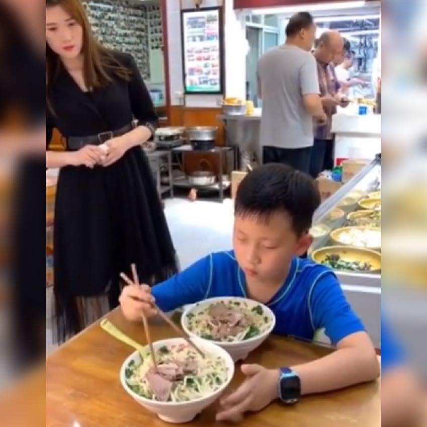 小男孩挑拣自己碗里的牛肉给妈妈获高赞,网友:妈妈一定很感动吧