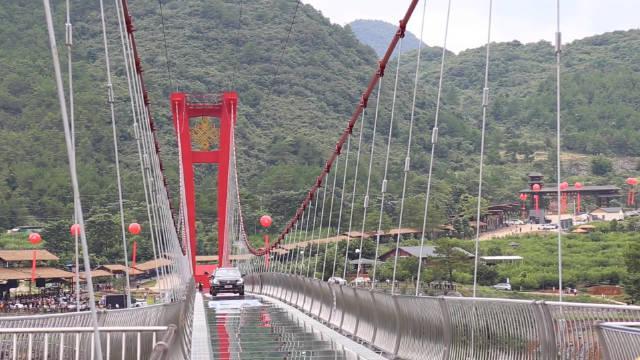 擎天玻璃桥,位于龙潭古镇的湟川三峡(国家水利风景区)上……