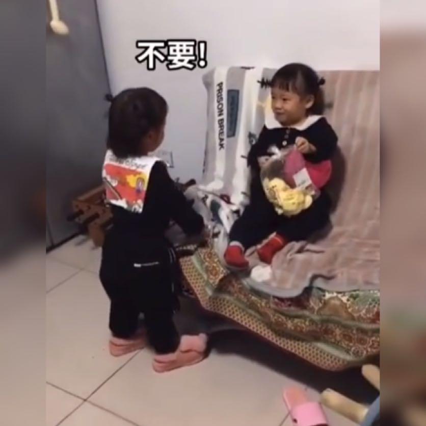 """双胞胎姐姐发脾气,和妹妹""""打架"""",一看妈妈生气,态度立刻转变"""