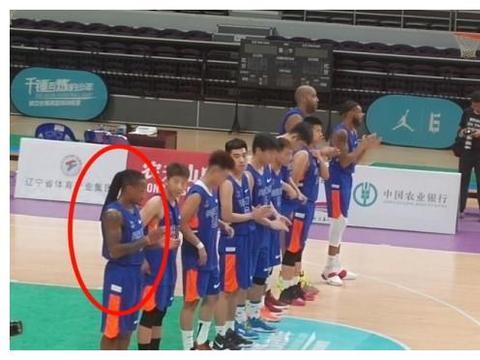 GIF:辽宁男篮主场一球赛爆发冲突,酷似福特森的外援被满场追打