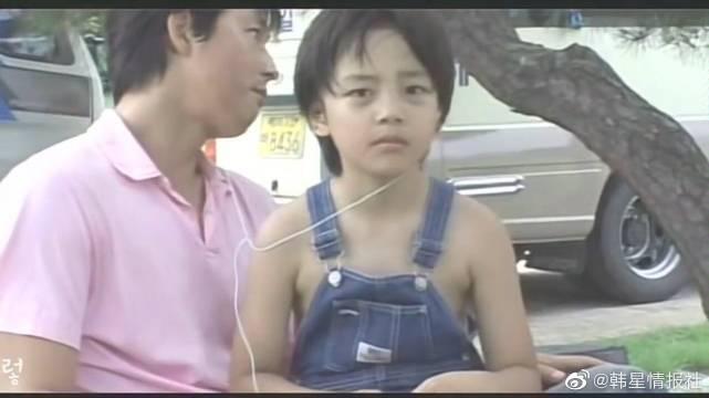 郑雨盛亲自投喂9岁的珍九弟弟吃炒年糕……