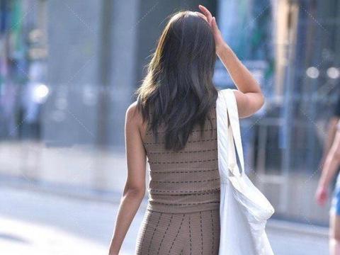 深棕色西装打造时尚风格,横竖线条营造细节感,意外透露异域风情