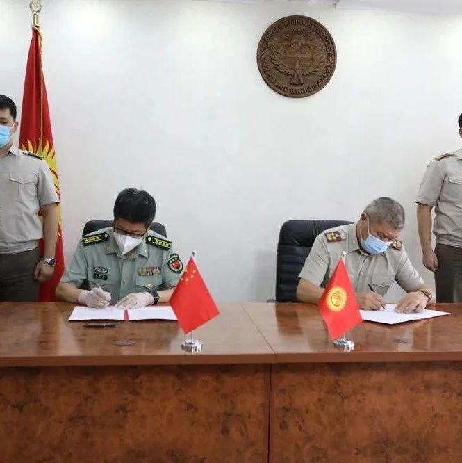 中国国防部第二批援吉武装力量抗疫物资运抵比什凯克