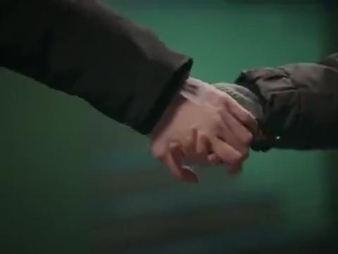 崔达布牵着仁荷的手还揣进了自己兜里,不料这一幕却被他看见了