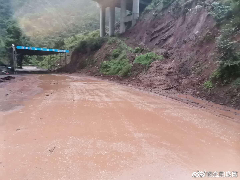 由于永胜至华坪高速公路持续降雨 大量泥