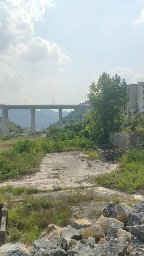 沿河沙坨特大桥为钢筋混凝土箱型拱桥……