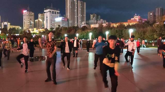 西宁中心广场锅庄。这支舞蹈队应该是今年刚成立的……