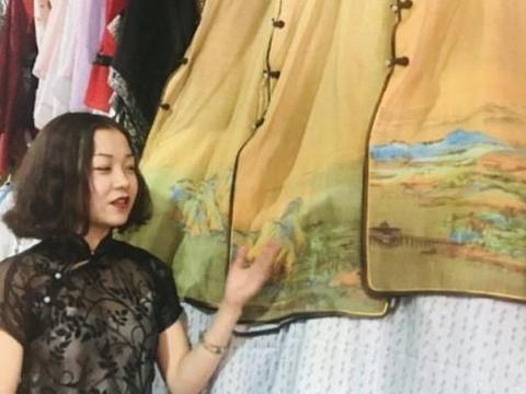 95后大二女学生喜爱旗袍,把千里江山图穿在身上,惊艳时光