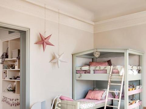 二胎家庭不做上下铺,越来越多人把2张床靠墙放,中间做收纳柜