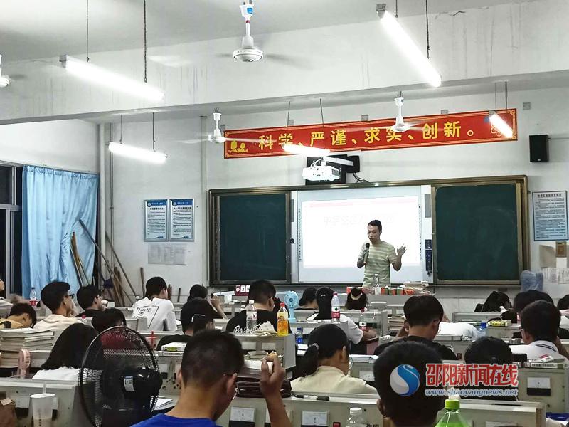 新邵县:心理咨询志愿者给高三学生送心理