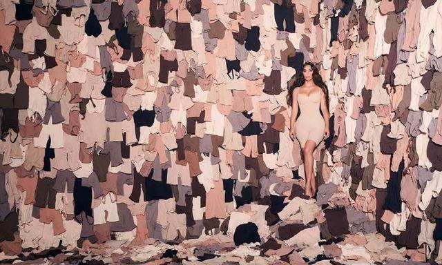 金·卡戴珊穿着自己的塑型服装拍摄大型