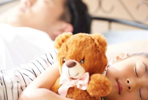孩子和玩具说悄悄话,或是2方面心理需求没得到满足,家长别无视