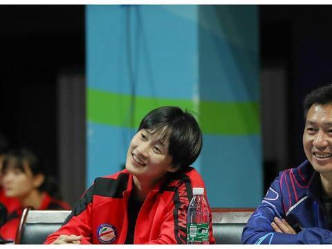 陈雨菲连续休战!与主管教练边看边聊动作表情可爱,李矛认真观战