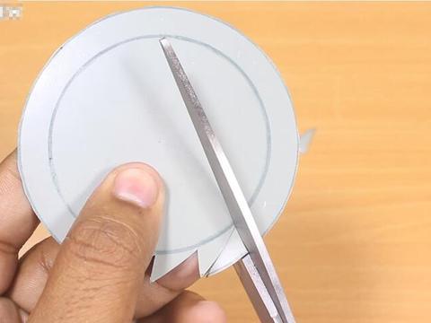 在金属片上剪出锯齿状,带在身上可随时用来切割材料