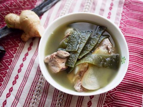 入秋后,万用锅煲汤炖猪脚,汤头无比浓郁,营养也更丰沛!