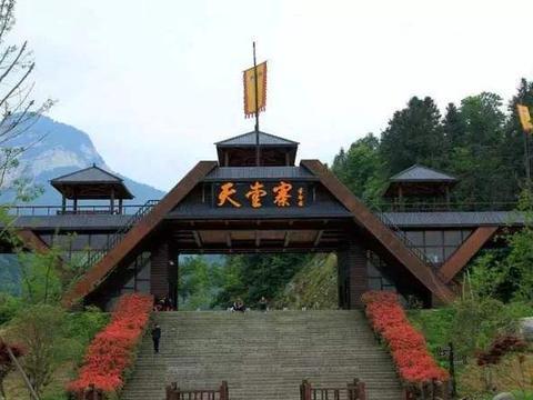 大别山有个鄂皖两省共管的5A景区天堂寨,山峰奇特,布瀑成群