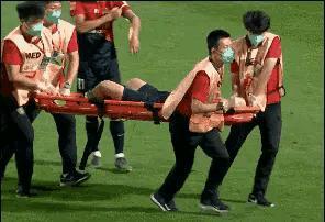 又见中超工作人员抬担架,青岛球员邹正小心翼翼的看着生怕再被摔