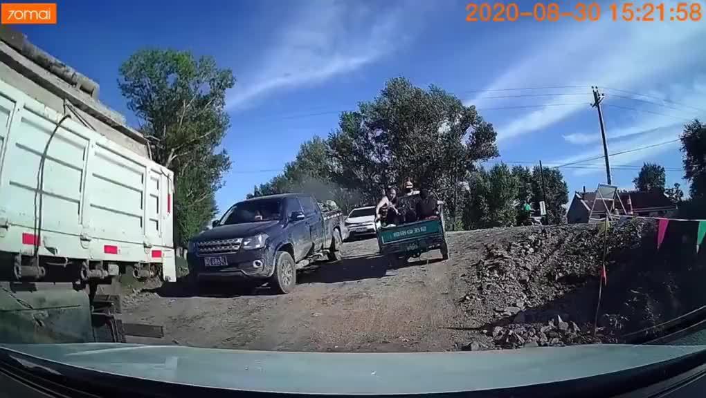 转自网友:三轮车载人超重上不去坡……