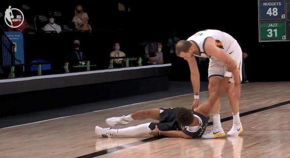 穆雷的膝盖受伤,看上去很痛苦,苏群怒斥英格尔斯打球太脏。