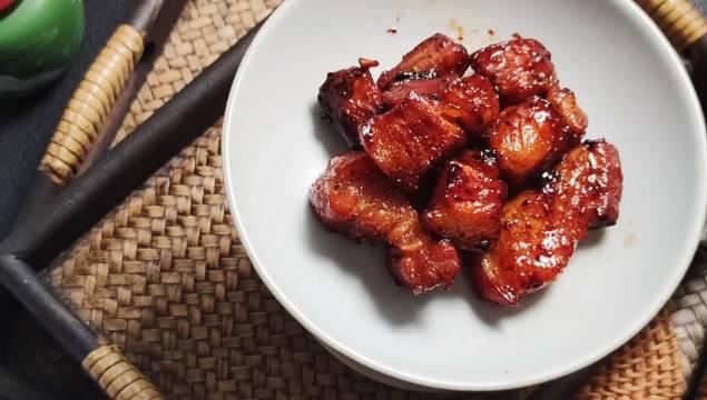 西班牙猪五花,放橄榄油,姜片,迷迭香百里香煎至两面微微金黄……