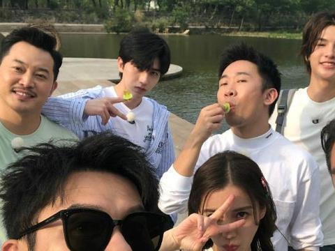 《跑男8》路透合照,蔡徐坤和吴宣仪同框时的站姿,我没看错吧!