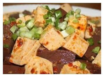 菠菜炒腐竹、麦豆炒鸡蛋、白玉丝肉丸、鸭血豆腐