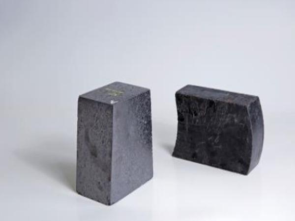 低碳镁碳砖与富镁白云石免烧砖的性能比较