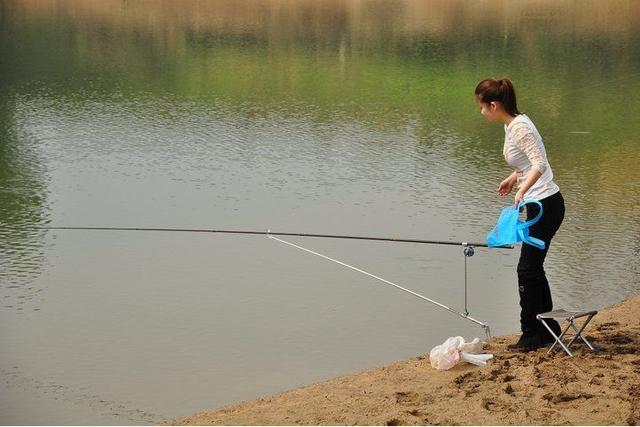 """女子在河中钓上大量河蚌,打开一看里面竟然全是""""宝贝""""!"""