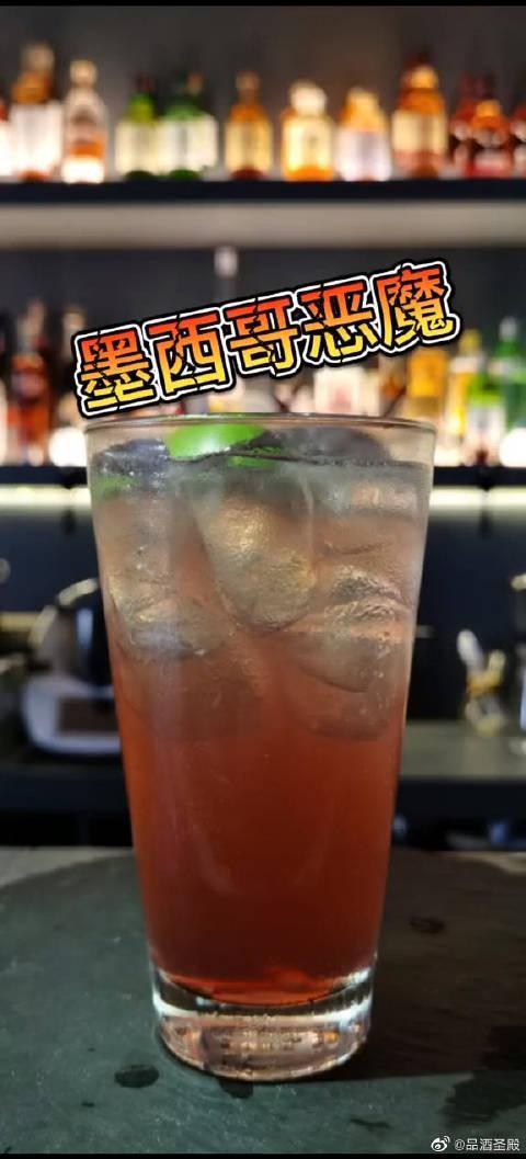 加仑子利口酒的红色像恶魔的血色 加上姜汁汽水的气泡……