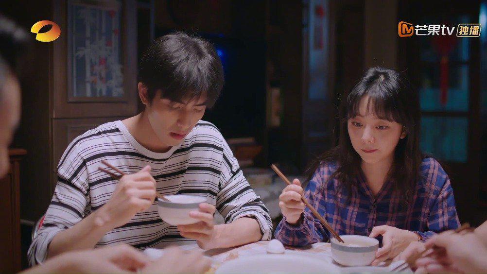 一家五口吃晚饭,李爸询问最近情况,尖尖来一句生活就像白开水……