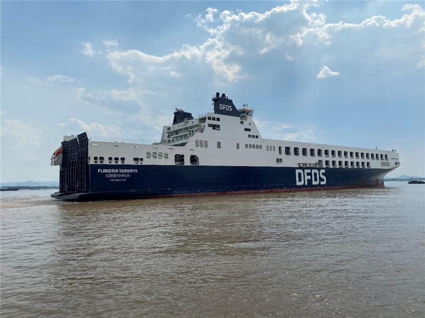 中国建造最大长度货滚船从南京港出江