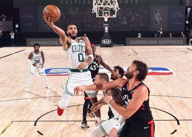 NBA季后赛继续火热进行中,凭借上一场比赛0.5秒压哨绝杀