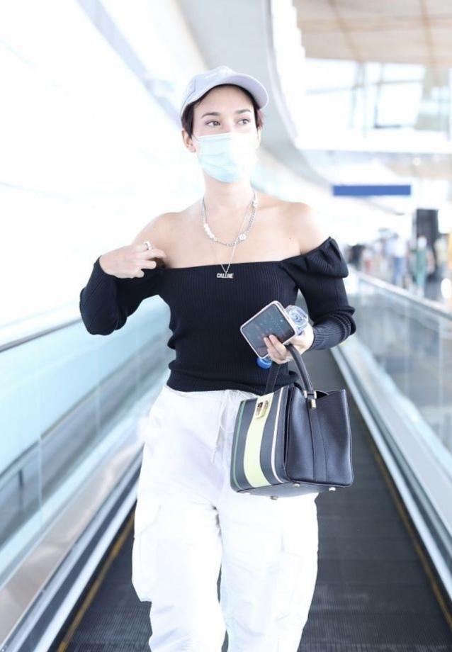"""卢靖姗机场穿搭""""用力过猛"""",故意把方领上衣扯下来,显得太壮了"""