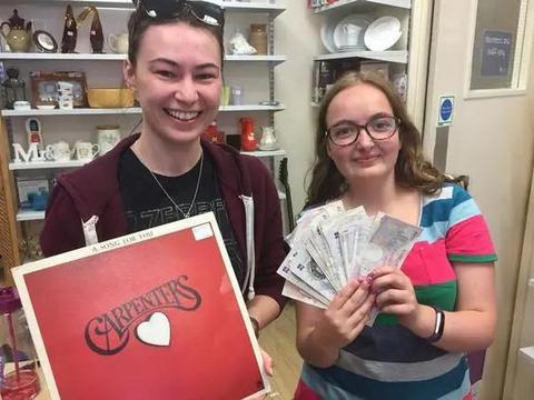 谁藏的私房钱?英国女子买到一张老唱片,发现里面夹着近万元纸币