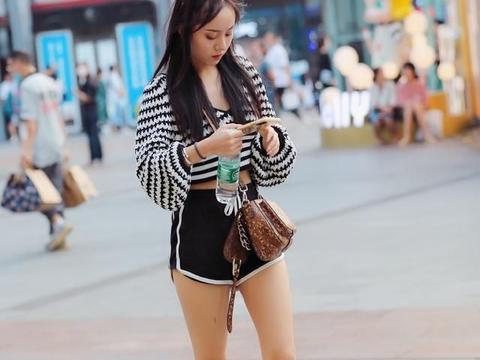 晚一点再穿长裤吧,一条时髦感满满的短裤,依然是街头的王者单品
