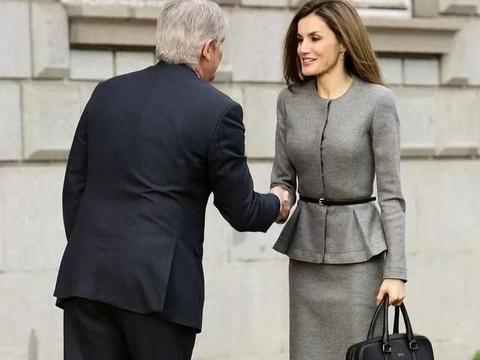 西班牙王后着装真高级,穿铅笔裙很时髦,很适合中年成熟女性
