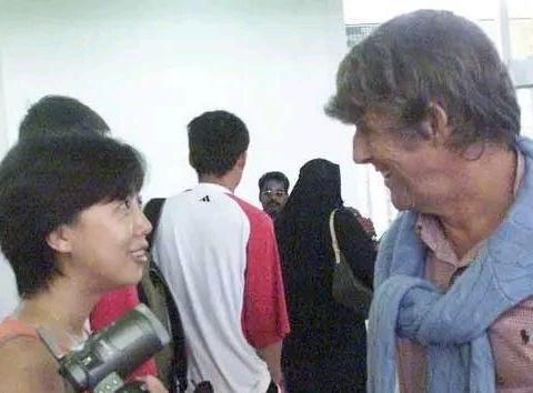 不懂球的女记者李响,被传是米卢的小蜜,因与米卢零距离赚取百万
